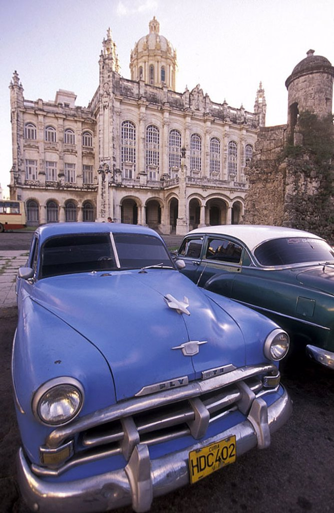 Cuba, Havanna, Museo de la Revolucion, parking place, Oldtimer, Central America, La Habana, formerly president-palace, 1913-17, construction, architecture, sight, culture, cars, Pkw´s, old, historically, destination, tourism, : Stock Photo