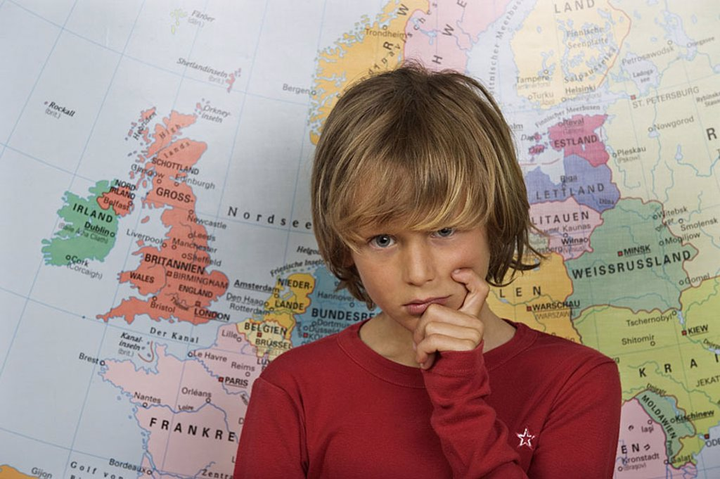 Give birth, map, stands, thoughtfully, helplessly, gesture, portrait people young child youth 11 years, school, students, instruction, learning, formation, knowledge, geography, countries, earth, Europe, geography, geography-instruction, helplessness, tho : Stock Photo