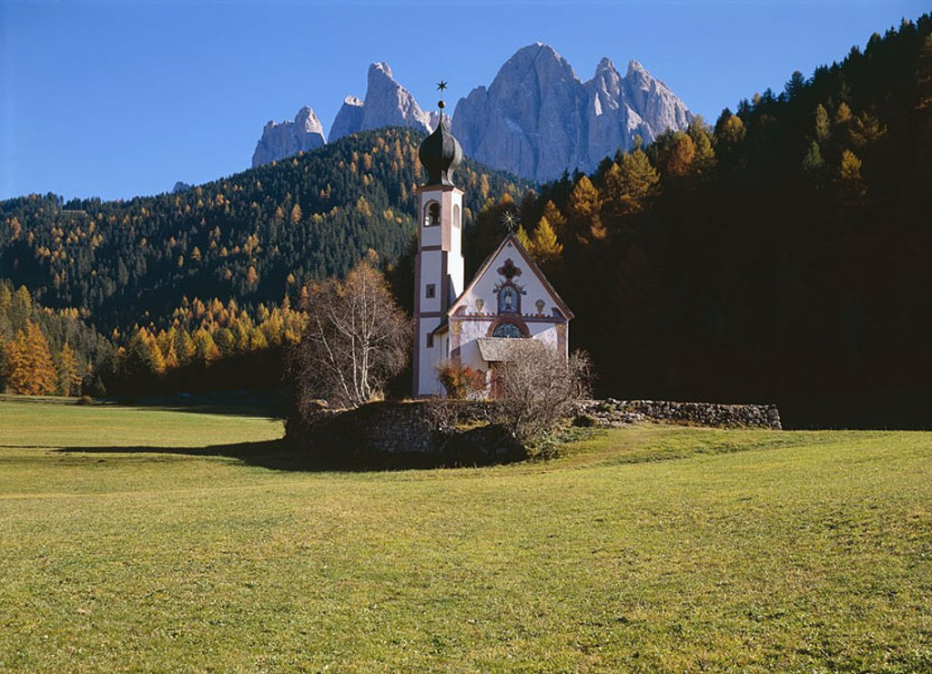 Stock Photo: 1558-109961 Italy, South-Tyrol, Dolomites, Villnößtal, Ranui, church little St  Johann, mountains, Geislerspitzen, Fermedatürme, autumn, Europe, Alps, southern lime-Alps, place of worship, chapel, construction historically, 1744, forest, mountain-massif, mountains, r