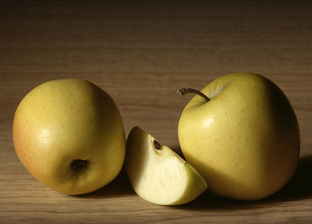 Apples, golden Delicious, completely, table, cut open food, fruit fruits two apple-columns apple-kind, Malus domestica, kernel-fruit, ripe, sweet, crispy, approximately, appetizingly, freshness, nutrition healthy, vitamin-rich, vitamins, pleasure, fact-re : Stock Photo