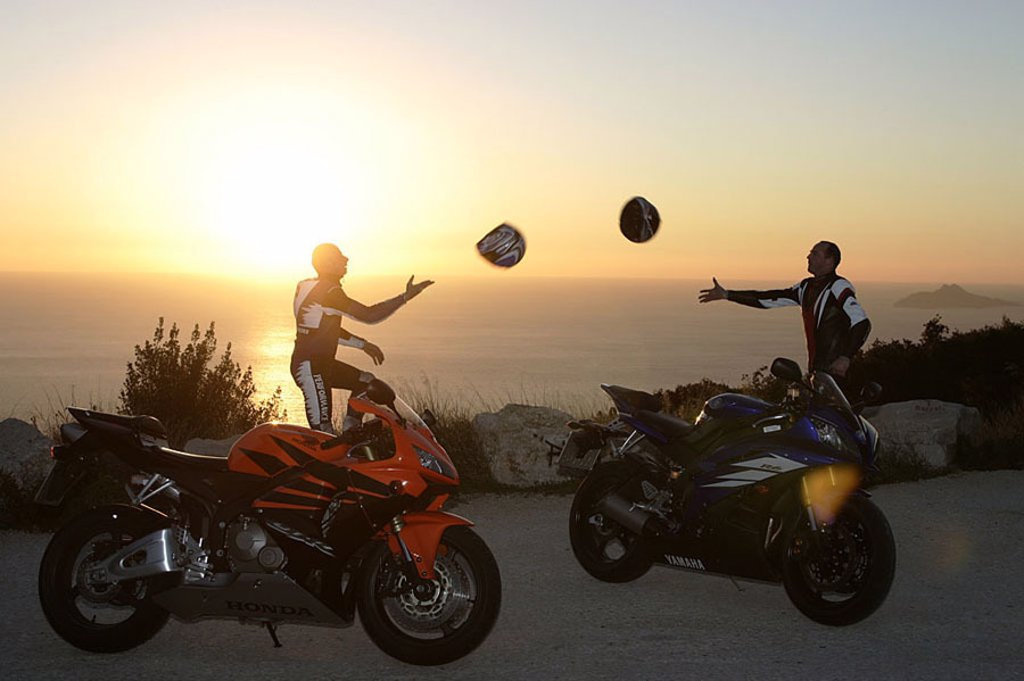 Motorcyclists, two, coast, pause, fun, helmets, sunset, throws shut no property release, trip traffic transportation coast-street hobby, vacation, Motorradfahren, motorcycles, Honda, Yamaha, sport-motorcycles, men, friends, motorcycle-tour, Lifestyle, tri : Stock Photo