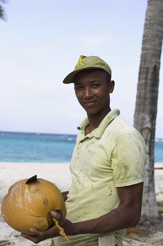 Stock Photo: 1558-117816 Caribbean, native, machete, coconut, semi-portrait, opens no models release, series, people, people of color, fruit sign-cap, knives, brags, symbol, coconut-milk, beverage, refreshment, refreshment-beverage, fresh,