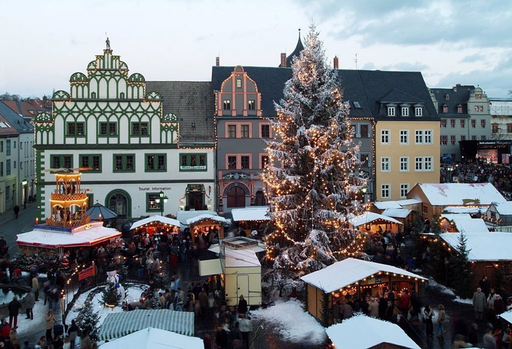 Germany, Thuringia, Weimar, Christmas-market, mood-fully, evening, overview, city, Cranach-Haus, Christmas, Christmas-tree, Christian-tree, lights, conditions, market-stands, market, people, mood, Christmas time, pre-Christmas time, Advent, Advent-time, t : Stock Photo
