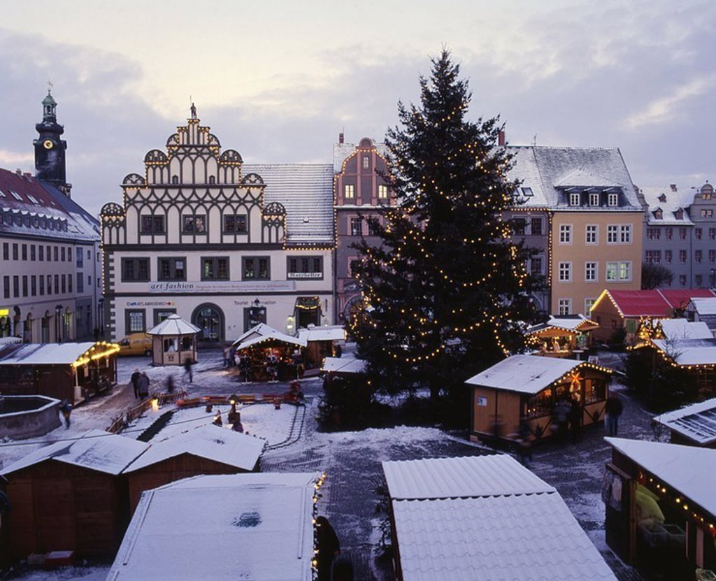 Stock Photo: 1558-123386 Germany, Thuringia, Weimar, Christmas-market, mood-fully, evening, overview, city, Cranach-Haus, Christmas, Christmas-tree, Christian-tree, lights, conditions, market-stands, market, people, mood, Christmas time, pre-Christmas time, Advent, Advent-time, t