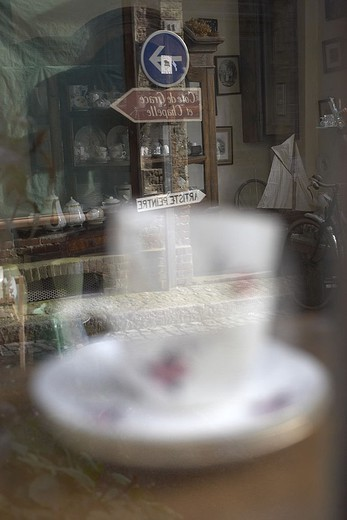 Antiquitätengeschäft, coffee-cup, reflection, display windows, detail, fuzziness, junk, junk-stores, antiques, business, sale, windows, dishes, cup, signposts, street-sign, human-empty, : Stock Photo