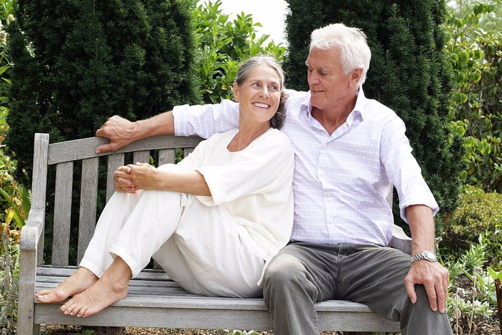 Senior-pairs, garden-bank, sit, together, relaxation series people, seniors, pair, 60-70 years, grey-haired, gaze-contact, cheerfully, love, affection, luck, harmony, familiarity, balance, recuperation, rests enjoys, health, vitality, leisure time, Lifest : Stock Photo
