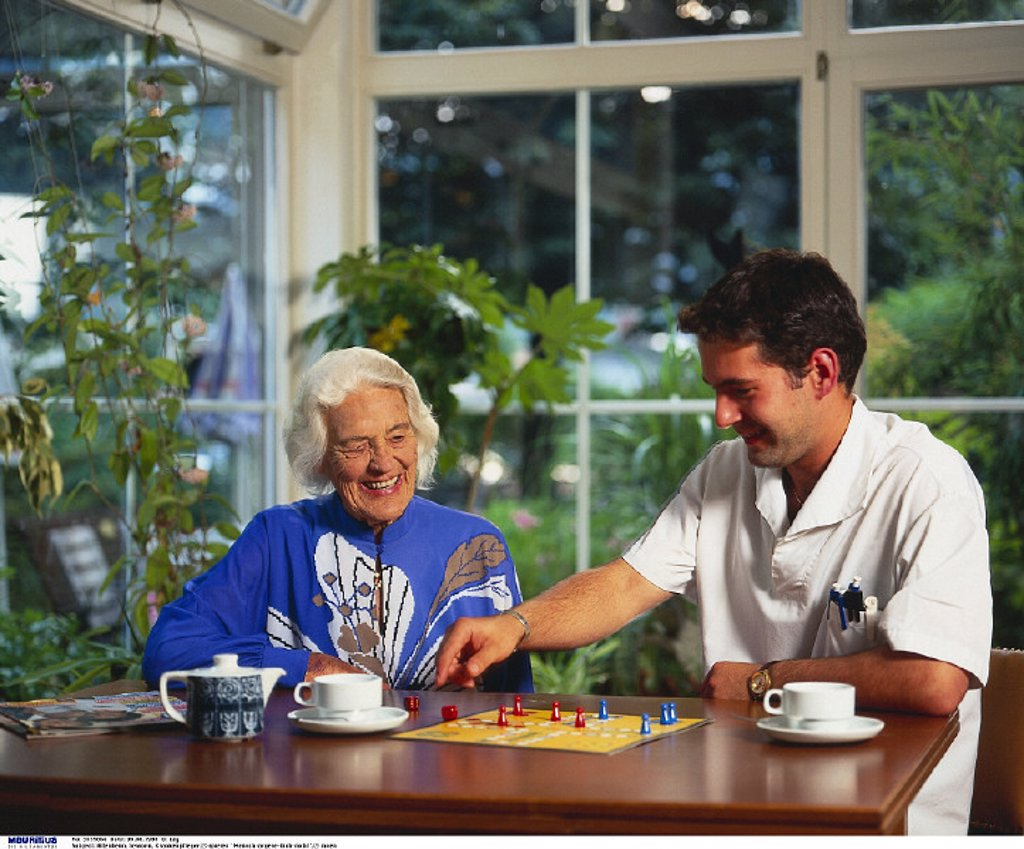 Senior, Male nurse, Old people´s home, Play : Stock Photo