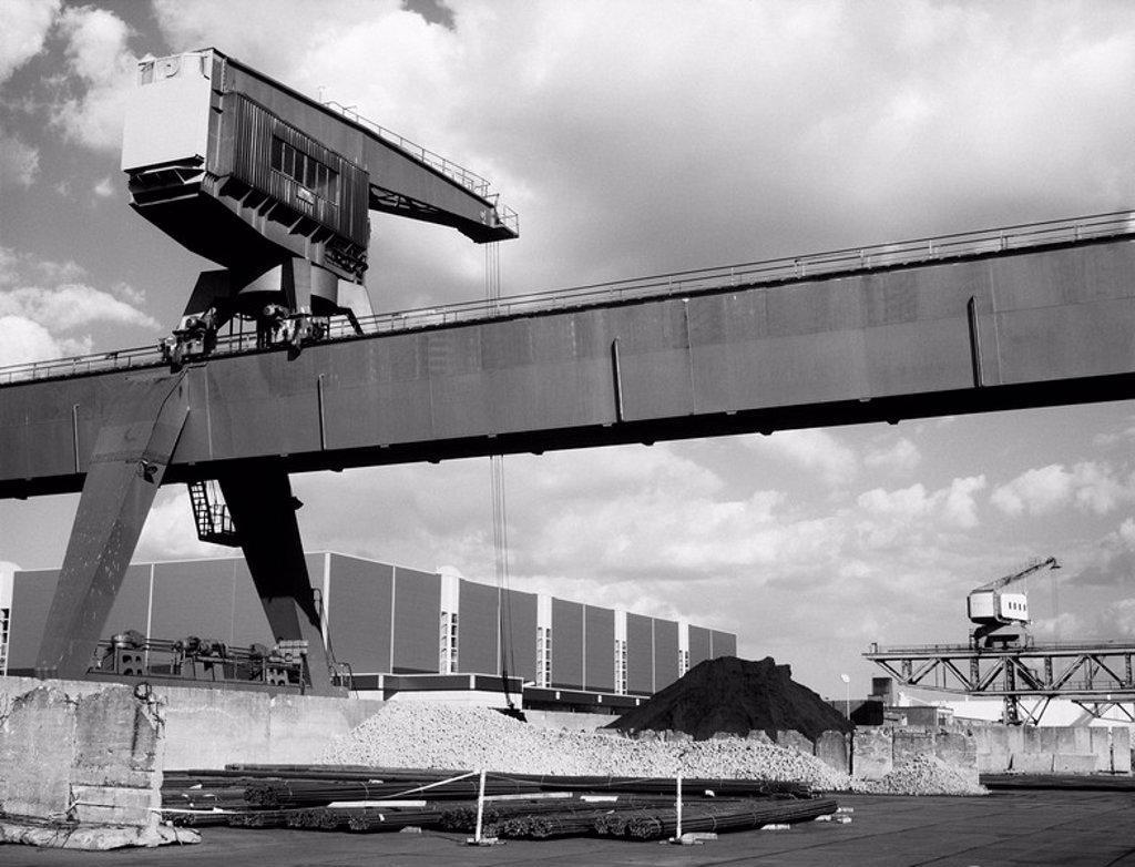 Stock Photo: 1558-130881 Germany, North Rhine_Westphalia, Nordrhein_Westfalen, Neuss, harbour, load crane, s/w,