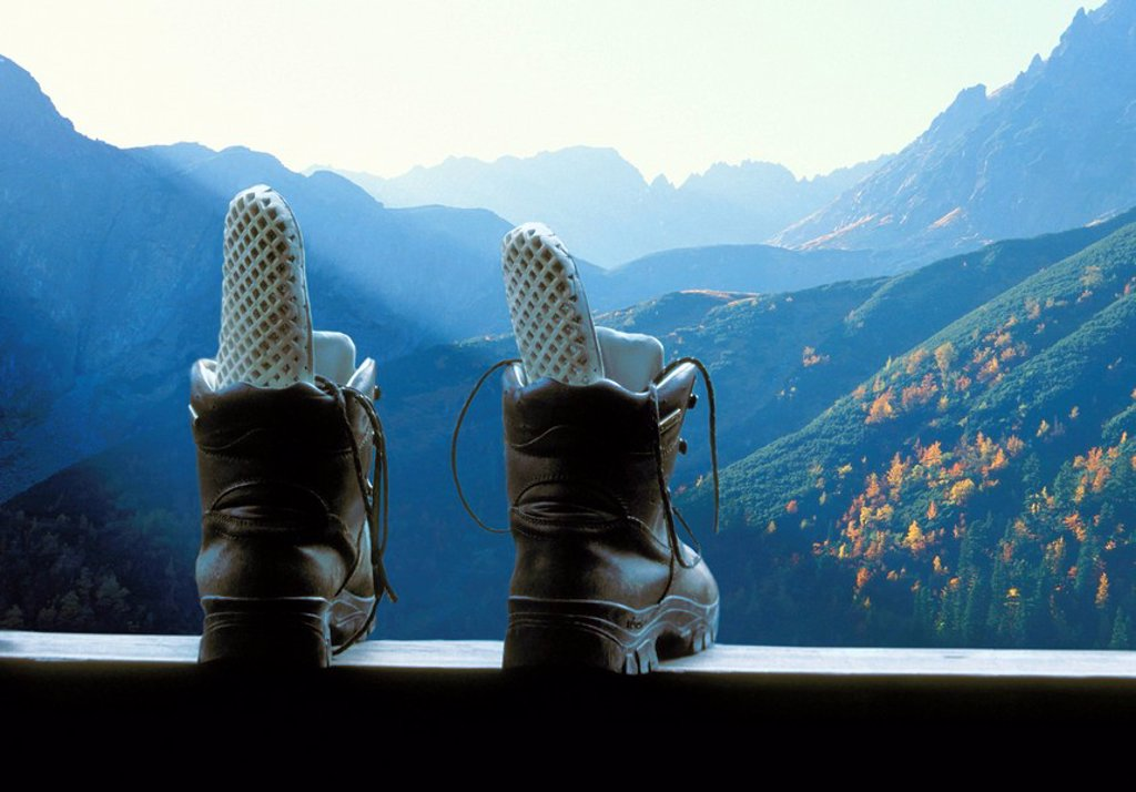 Mountains air balcony-parapet, traveling-shoes, background, vacationers traveling-vacation mountain-vacation hiking shoes, boots, mountain-shoes, solidly, robustly, airs, concept, recuperation, relaxation, hobby, leisure time, sport, balcony, deserted, in : Stock Photo