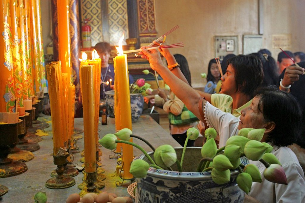 Thailand, Ayutthaya, wade Phanang Choeng, temples, interior, believers, sacrifices, : Stock Photo