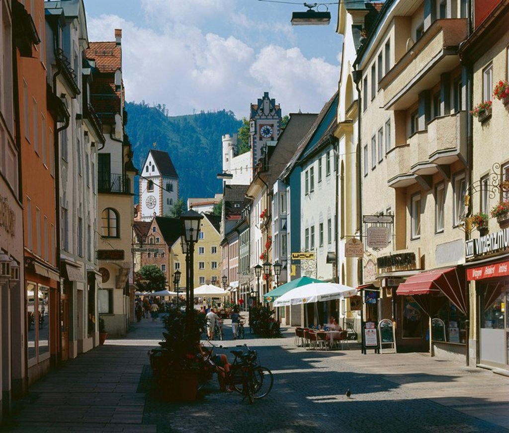 Germany, Bavaria, eastern Allgaeu, Füssen, city center, rich-street, high palace, steeple St  Mang, Allgaeu, Swabia, city, construction, architecture, painting-gallery, museum, church, houses, row of houses, pedestrian precinct, passers-by, pavement cafés. Germany, Bavaria, OstAllgäu, Füssen, city center, rich-street, high palace, steeple St  Mang, Allgäu, Swabia, city, construction, architecture, painting-gallery, museum, church, houses, Häuserreihe, pedestrian precinct, passers-by, pavement ca : Stock Photo