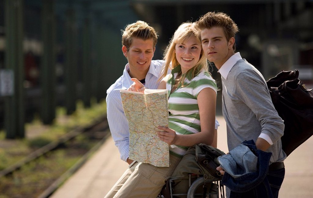 Stock Photo: 1558-148181 Platform, luggage_cart, men, woman, young, map, views, cheerfully, series, people, teenagers, students, students, friends, friends, hip, clique, city_strolls, map, guidance, bearings, sightseeing, laughing, joy, fun, vacation, leisure time, Lifestyle, rai