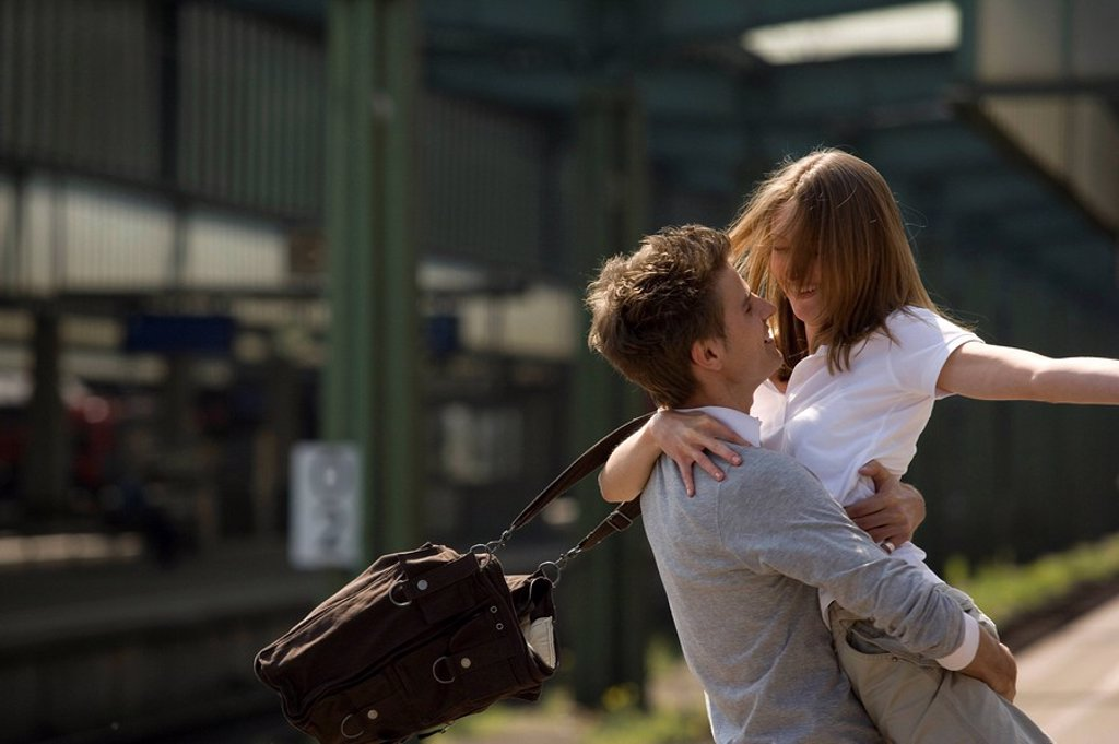 Platform, couple, greedsing, embrace, cheerfully, series, people, love_pair, young, joy, happily, arrives, greedss, welcome, sees again, return, arrival, love, affection, tenderness, enjoyment of reunion, railway station, track_trip, trip, vacation, Lifes : Stock Photo