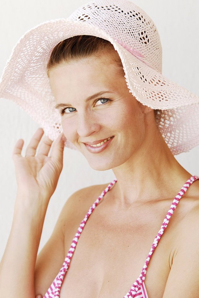 smiling woman, young, summerwear, sunhat, portrait, : Stock Photo