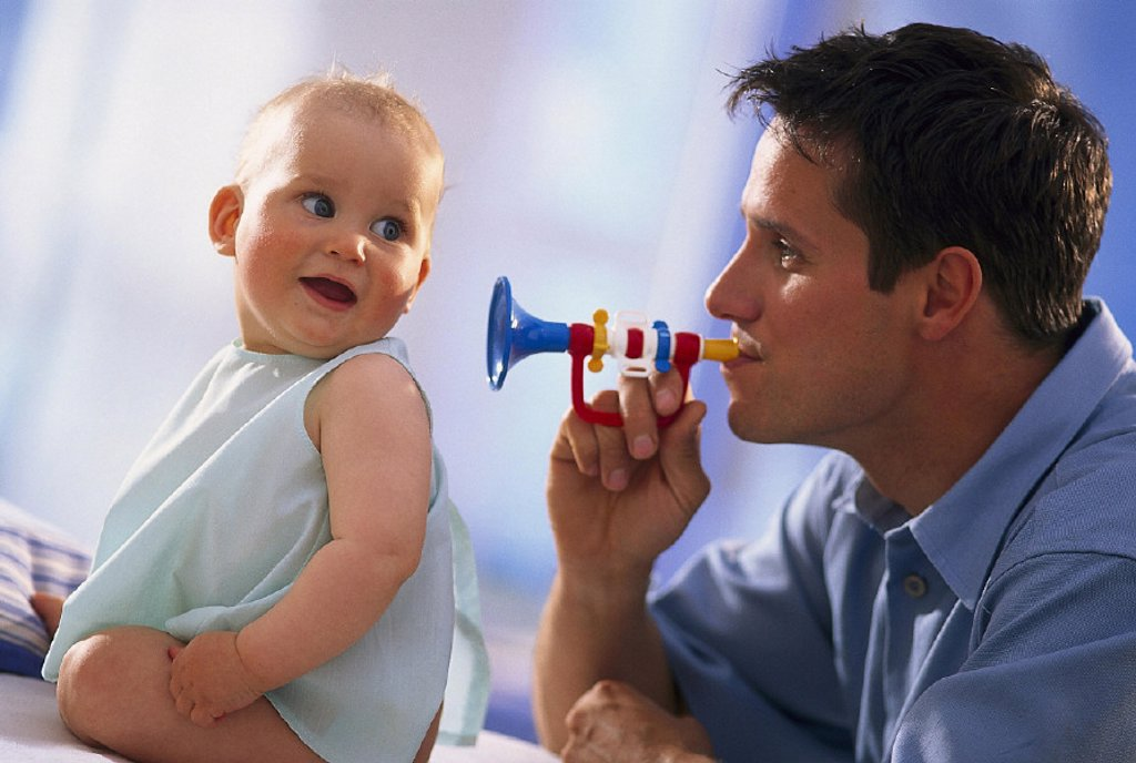 Baby, cheerfully, sit, father, toy trumpet, profile, indoors, at home, man, young, child, toddler, wakened, vigorously, aufmersam, plays, game, paternity : Stock Photo