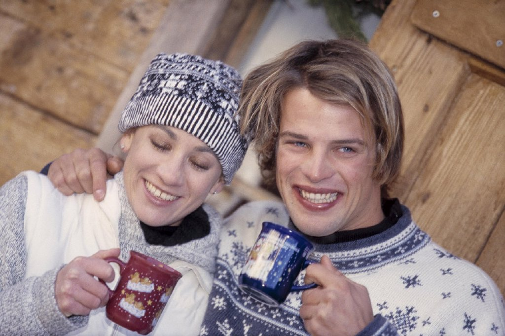 Stock Photo: 1558-53169 Christmas market, couple, young, drinks cheerfully, mulled wine, portrait, models released, outside, winters, Christmas market, Christmas time, Christmas-like, beverage, alcoholic, hotly, mood, happiness, fun, together