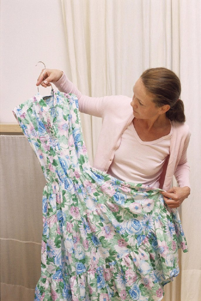 Stock Photo: 1558-56416 Woman, hangers, Sommerkleid