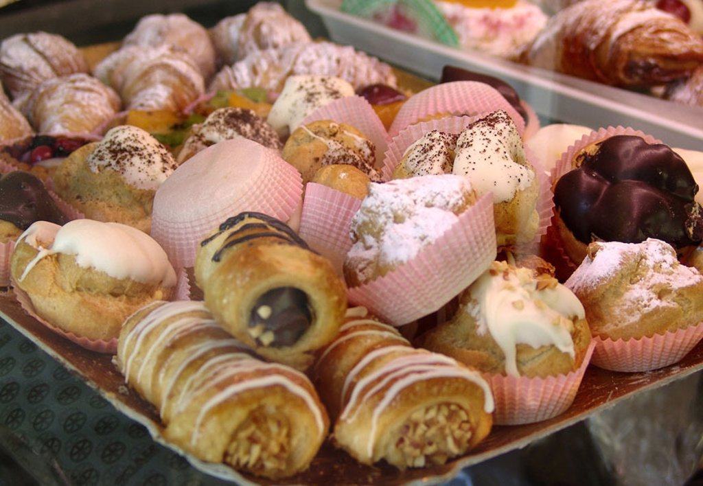 Pastry shop, sale, pastries,  Sweets, tarts,  Italy, Pescara, Konfiserie, display, tray, pastries, small pastries, croissants, croissant,  Specialties, specialty, food, concept, nutrition unhealthily, sweetly, sweet, saccharated, fat makers, rich in calor : Stock Photo