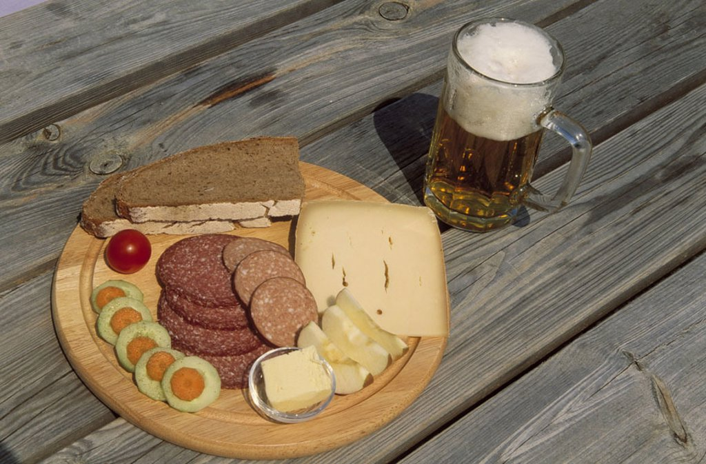 Wood table, detail, beer glass, bread time plates,    Plates, wooden platters, plate court, bread time, vespers, snack, meal, food, food, sausage, sausage kinds, sausage disks, bread, slice of breading, cheese, cheese disks, apple splits, apple, cucumber, : Stock Photo