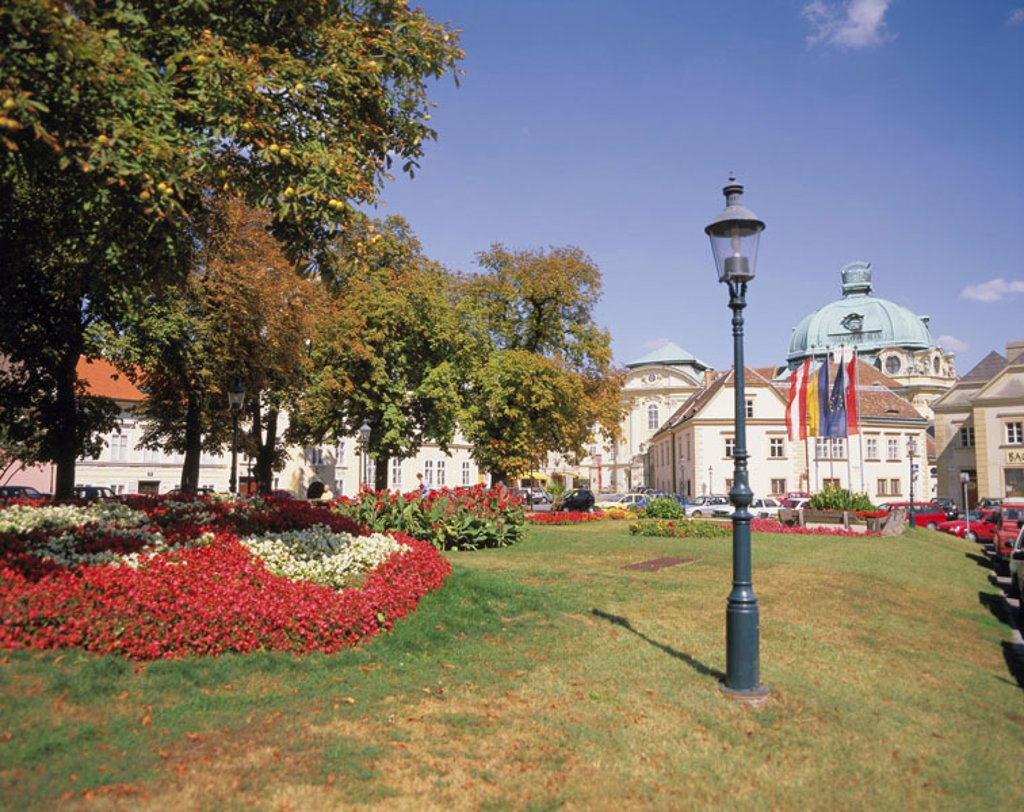 Austria, Klosterneuburg,  Choir man pen, dome, lawn,  Lantern Europe, low Austria, sight, construction, buildings, cloister, cloister buildings, domed structure, architecture, park, meadow, flower beds, streetlight : Stock Photo