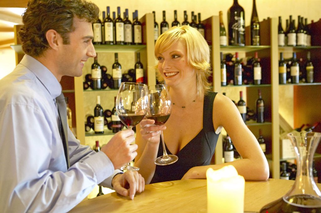 Bar, couple, red wine glasses, Gaze contact, flirt,  20-30 years, 30-40 years, partnership, relationship, Red wine, drinks, bumps, falls in love, love, affection, happily, cheerfully, joy, sympathy, candlelight, romanticism, pub, wine pub, Vinothek, leisu : Stock Photo