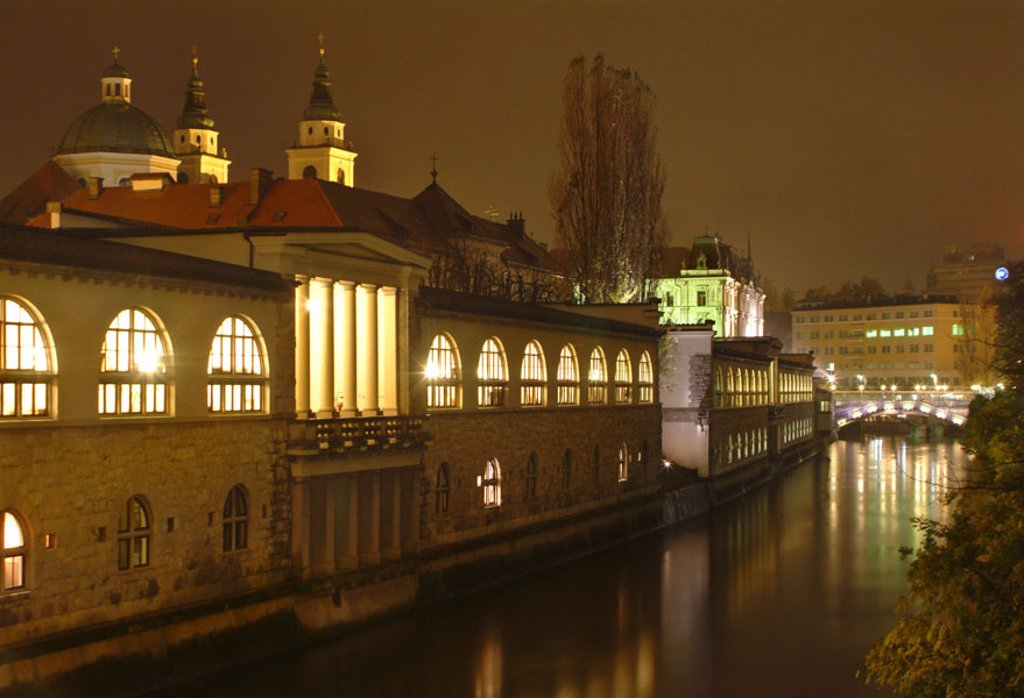 Slovenia, Ljubljana, old town,  Colonnades, illumination, river  Ljubljanica, night, Central Europe, Europe, waters, buildings, construction,  Covered markets, round bow windows, columns, background, Tromstovjebrücke, cityscape, concept, urbanity, : Stock Photo