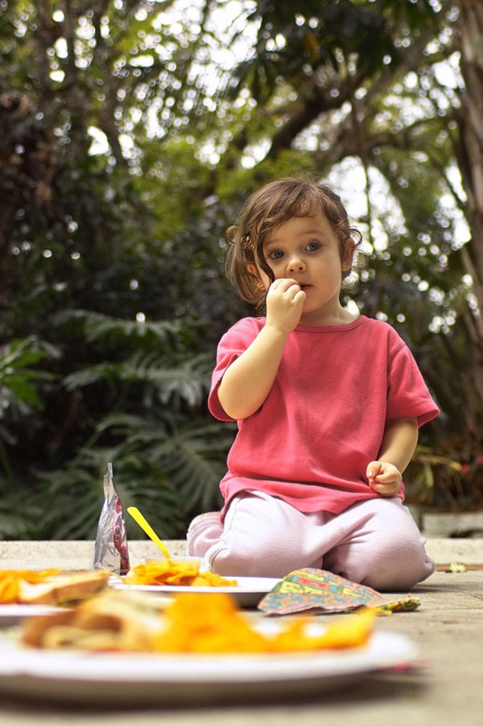 sitting garden, girls, stone ground, Cardboard plates, potato chips,  Child, 2-5 years, dark-haired, Knabbergebäck, eat, eat candy, dreamy,  secluded, childhood, concept, child birthday, birthday celebration, outside : Stock Photo