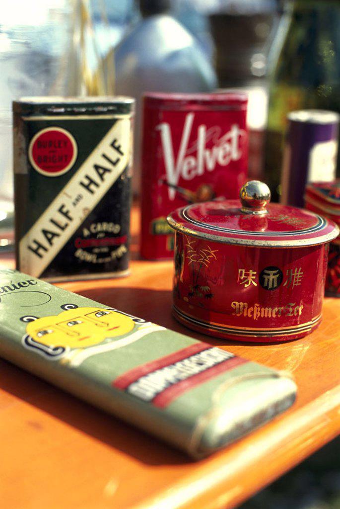 Stock Photo: 1558-71647 Flea market, table, merchandise, Tin cans, old,  Market, rag fair, sale, junk, Second hand,  Junk ware, uses, uses, dealers, sale,