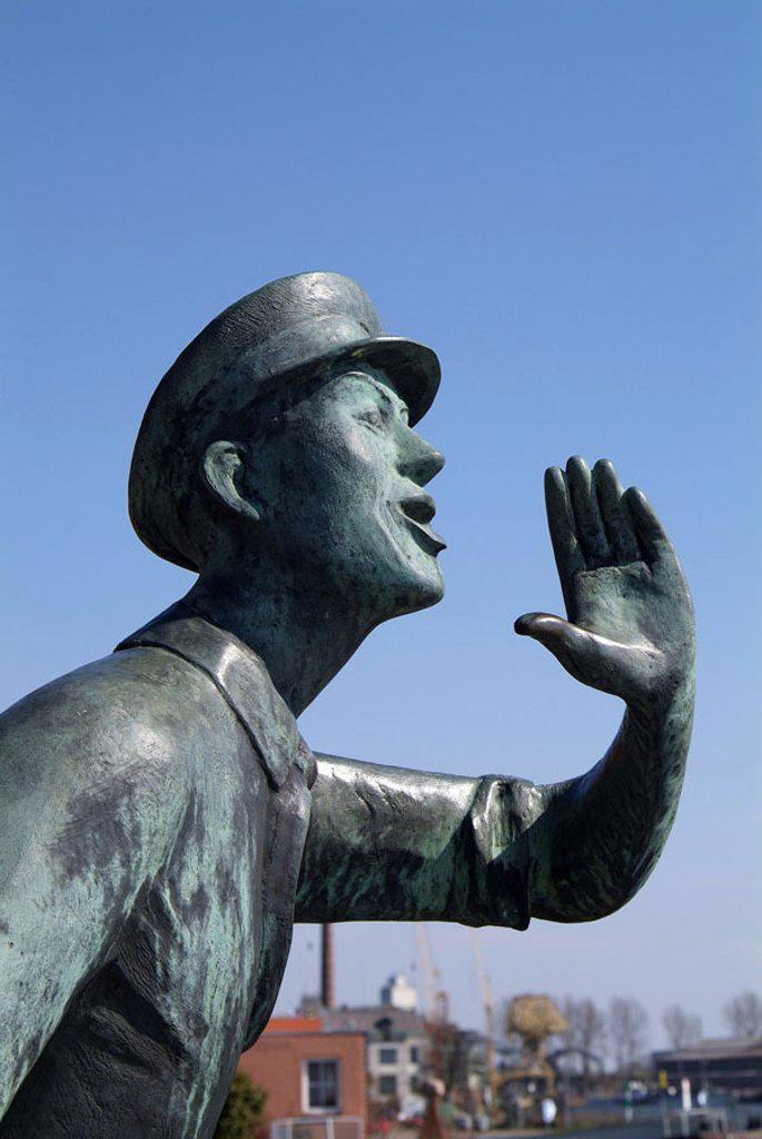Stock Photo: 1558-72934 Germany, Schleswig-Holstein,  Lauenburg, statue ´Rufer´, profile,  Series, Europe, Northern Germany, Elbufer, bronze statue, man, symbol, calls landmarks, monument art culture sight