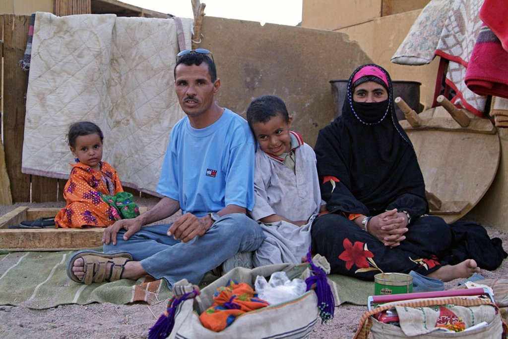 Egypt, Arabic desert, Bedouins,  Family picture no models release Africa, with Hurghada, desert inhabitants, desert people shepherd nomads parents children toddlers, smiling, woman, veils, veils, face veils, culture, tradition, belief, religion, : Stock Photo