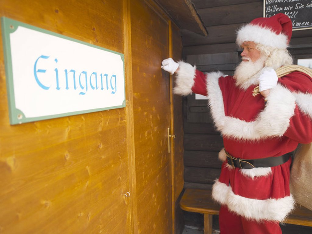Stock Photo: 1558-75411 Residence, Santa Claus, Jutesack, Front door, knocks, detail  Christmas, man, door, wood door, sack, knock,  Christmas gifts, gifts, distribute, delivers, delivers, gives, gives away, gives, symbol, , Bescherung, surprises, tradition