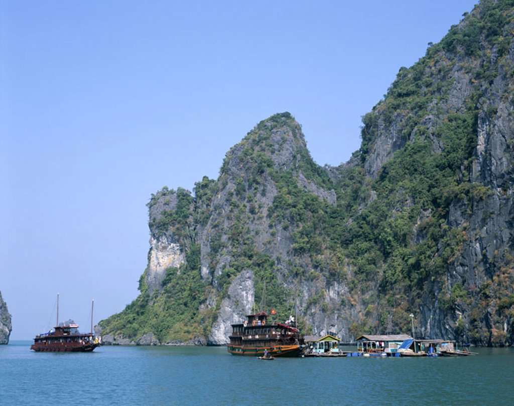 Vietnam, Halong bay, houseboats, Trip boats  Asia, southeast Asia, golf of Tonkin, ´bay of this, Descended dragons´, sea, boats, ships, Tourist boats, rock coast, coast, steep coast, nature, Landscape, rocks, rock islands, limestone rocks, UNESCO-World He : Stock Photo