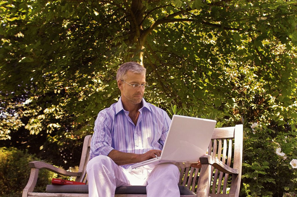 Garden bank, man, middle age, glasses,  sitting, laptop, data input   Series, 40-50 years, well Age, glasses bearers grey-haired, short-haired, good-looking leisure time recuperation relaxation, hobby, computers, wearable, e-mail, writes, reading, chatten : Stock Photo