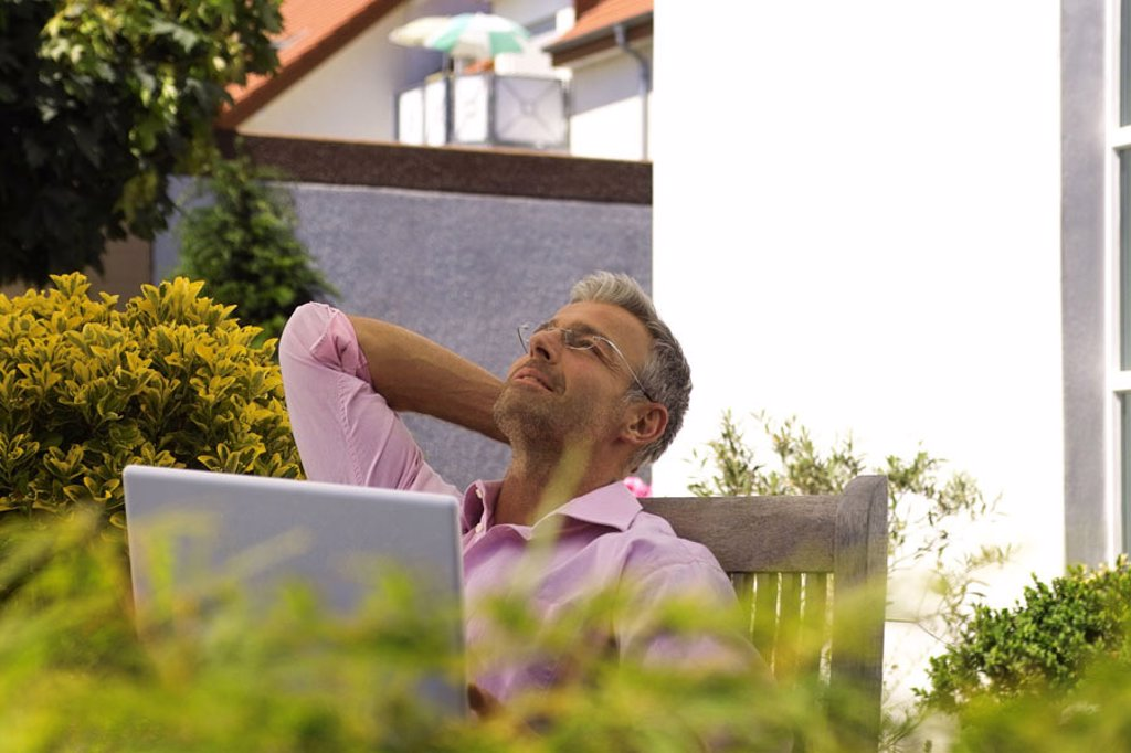 Terrace, man, middle age, glasses,  high-looks, laptop  Series, 40-50 years, well Age, glasses bearers grey-haired, short-haired, good-looking leisure time recuperation relaxation, pause, hobby, leans back closing time, computers wearable e-mail chatten o : Stock Photo