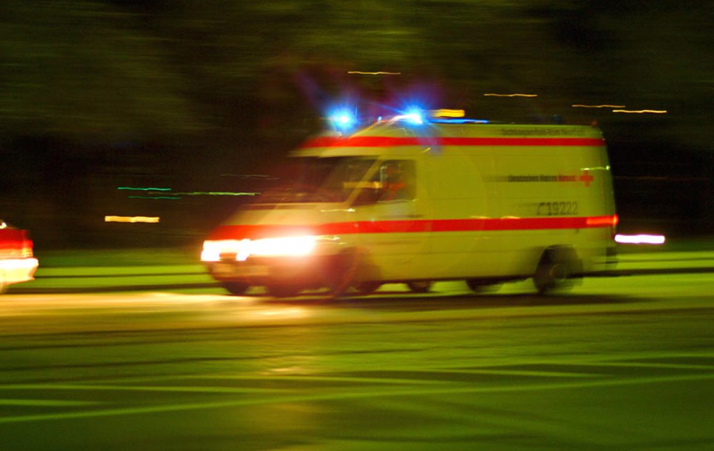 Stock Photo: 1558-81419 Street, rescue use, ambulances,  Blue light, night, fuzziness  Series, rescue, rescue service, use, emergency, accident, help, first-aid attendants, paramedics, doctor on emergency call, first supply, transportation, patient transportation, concept, speed