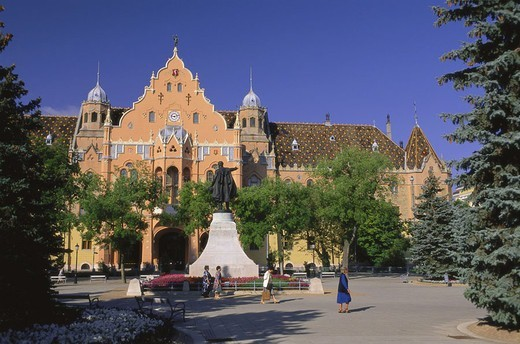 Stock Photo: 1558-83055 Hungary, Kecskemét, place Kossuth tér, Monument, town hall, passer-bys  Europe, Central Europe, Magyarorszag, South Hungary, downtown, statue, architecture, construction historically, built 1892-1896, style Art nouveau, summer,