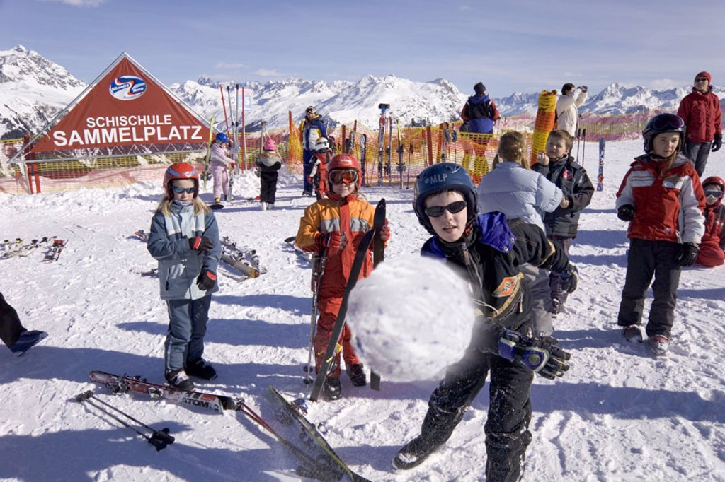 Skipiste, Skischule, children, fun,  boy, snowball, throws  Childhood, leisure time, vacation, vacation, Skiurlaub, ski course, participants, playing, playfully, winter-fun, season, winters, snow, Skigebiet, alpine ski, alpine sport, winter sport, winter : Stock Photo