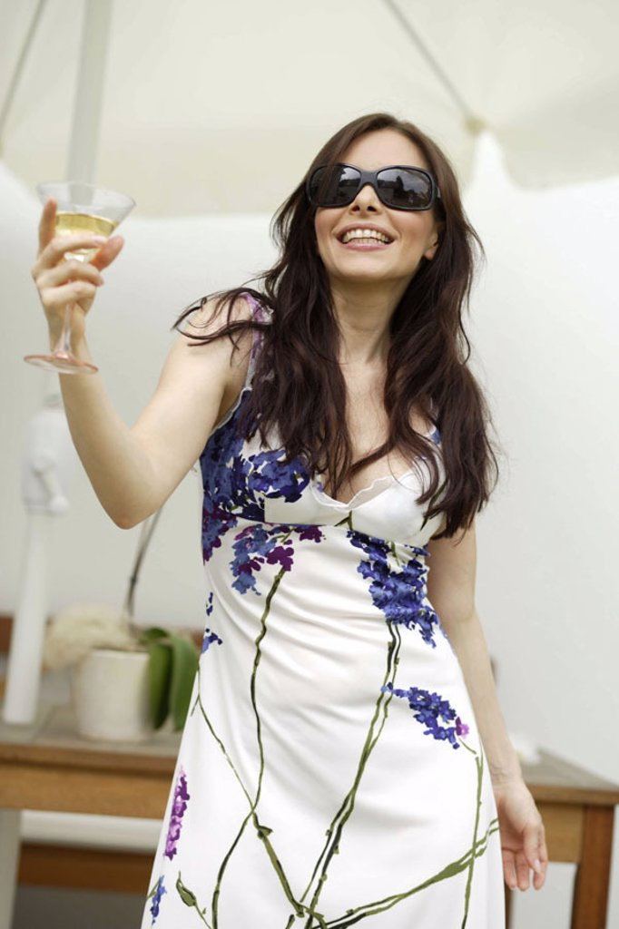 Woman, young, sun glass, happy,  Champagne glass, holds  Series, 30-40 years, long-haired, brunette, dress, summery, beauty, Beauty, attractiveness, party, celebration, drink, beverage, champagne, alcohol, alcoholic, enjoyments, Lifestyle, leisure time, H : Stock Photo