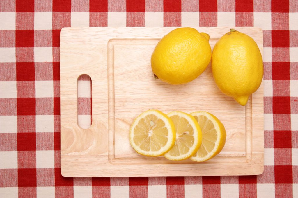 Guts board, lemons, cut open,  completely, from above  Tablecloth checkered, food, food healthy, vitamin C, rich in vitamins, fruit, fruits, South fruits, citrus fruits yellow, citrus, disks, lemon disks, sour, juicy, quietly life, fact reception, : Stock Photo