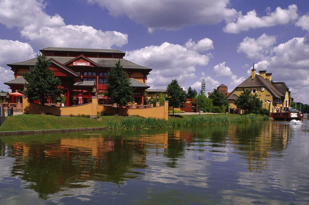 Stock Photo: 1558-84557 Germany, North Rhine-Westphalia, Oberhausen, CentrO.Park, restaurant ´Pagoda´, outside Casual park, park terrains, house, buildings, style Chinese, architecture, symbol, leisure time, vacation, Relaxation, adventurousness, concept, gastronomy,