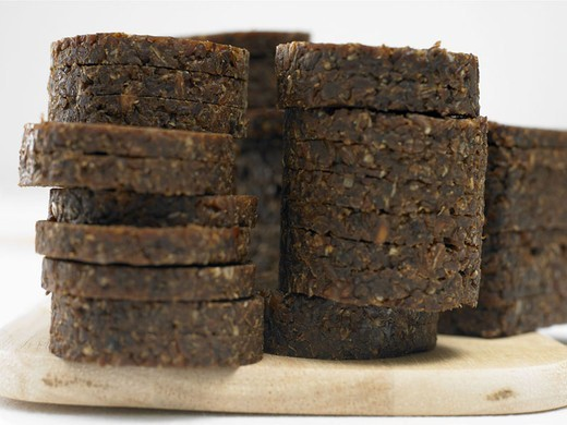 Wood board, Pumpernickel, cut open,  stacked,   Cutting board, bread, black bread, rye shot bread,  slice of breading, black slice of breading, disks approximately, pastries, basic food, nutrition healthy, quietly life, fact reception, : Stock Photo