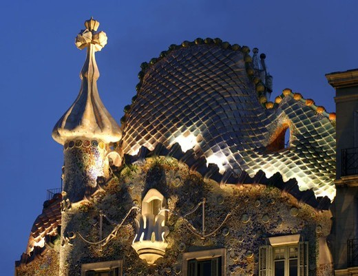 Spain, Barcelona, Casa Batllo,  Facade, detail, illumination, evening,   Buildings, construction, Gaudi-Haus, Architect Antonio Gaudi, architecture, architecture, house facade, mosaic, facade formation, art, sight, concept, forms, lines, patterns, swung, : Stock Photo