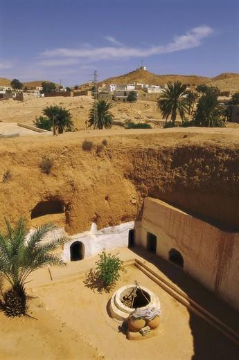 Stock Photo: 1558-93885 Tunisia, Matmata, Troglodyten-Haus,    North Africa, South Tunisia, desert region, desert area, city, house, dugout, inner courtyard, architecture, Bauweise, regional-typically, palms, sight,