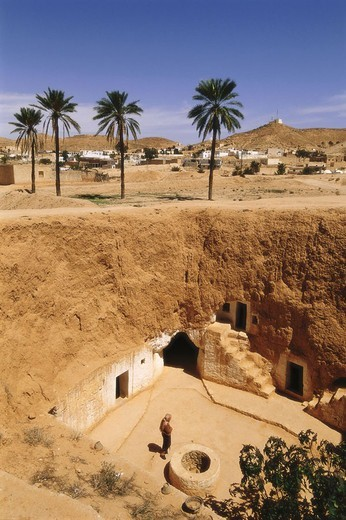 Tunisia, Matmata, Troglodyten-Haus,  Wells, man, from above,   North Africa, South Tunisia, desert region, desert area, city, house, dugout, inner courtyard, architecture, Bauweise, regional-typically, palms, sight, : Stock Photo