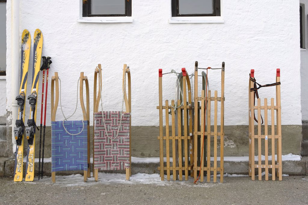 House wall, detail, sleighs, ski,  stopped,   House, wall, sport appliances, winter sport, concept, sled, toboggans, skiing, pause, stops, parks, takes lodging, season, winters, : Stock Photo