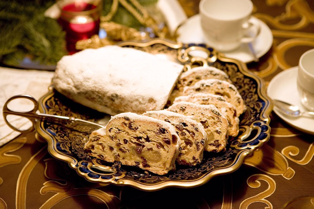 Stock Photo: 1558-97011 Christian tunnels, bragged,    Food, Christmas time, Christmas, Christmas pastries, tunnels, Christmas bakery, pastries, raisins, powder sugar, forecastles, pastries, disks, gold plates, coffee dishes, quietly life, fact reception, fuzziness,