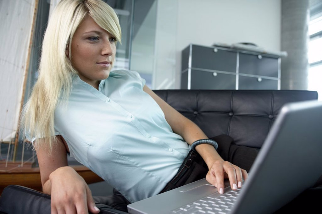 Sofa, woman, young, laptop, concentration,  Detail,   Series, 20-30 years, blond, lie, comfortable, casual, computers wearable, data input, internet, Internetsurfen, Mailen, Chatten, telecommunication, work, information, interest, symbol, cottage industry : Stock Photo