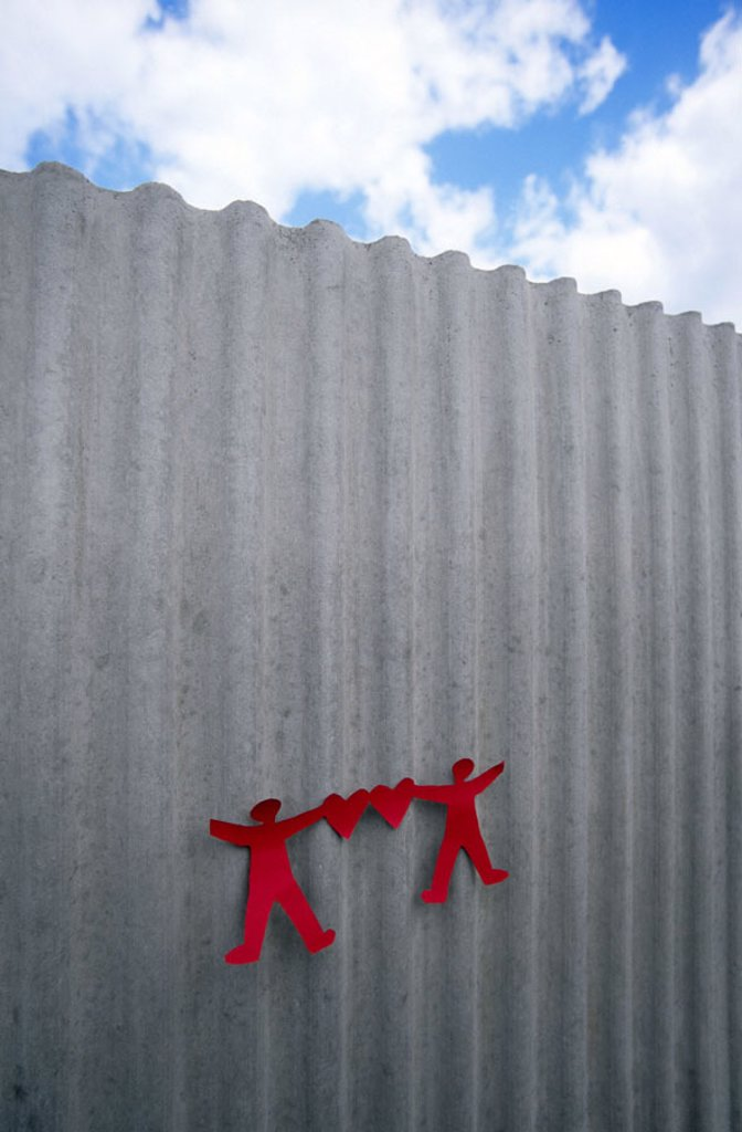 Stock Photo: 1558-98339 Wall, paper males, hearts,   clouded sky,   Wall, concrete wall, concrete, demarcation, restriction, border, closing off, obstacle, barrier, protection, drily, roughly, waved, silhouette, paper garland, figures, duckies, red, cut out, interrelated, connec