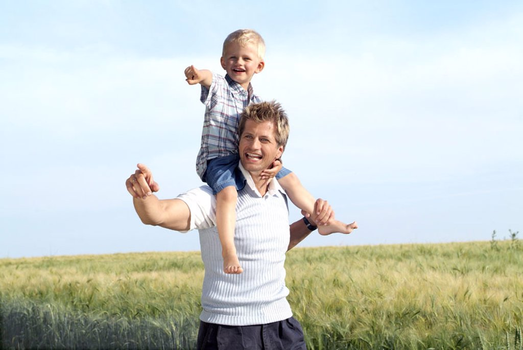 Field landscape, father, son, shoulders, carries, happy,   Series, grain field, man, child, boy, family, walk, gesture, mutuality, shows happily, freely, leisure time, activity, activity, welfare, harmony, love, symbol, trip, family trip, single, pride, c : Stock Photo