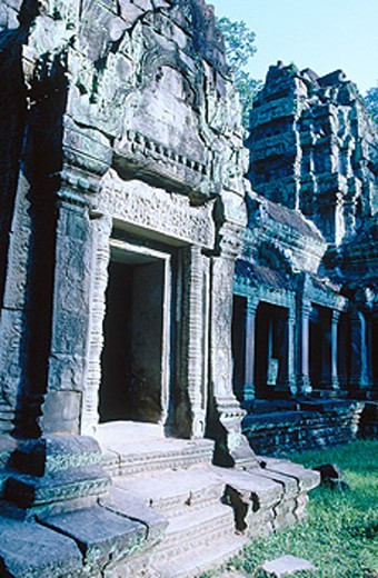 Stock Photo: 1566-0139148 Sandstone sanctuaries at former State Temple of Phnom Bakjemg (built in the 10th century by Yasorvarman). Siem Reap. Cambodia